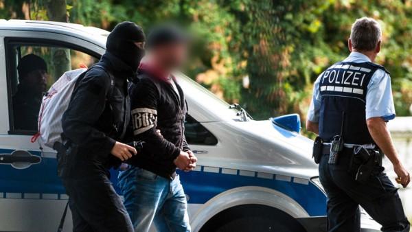 """Ein Mitglied der Terrorzelle """"Revolution Chemnitz"""" vor dem Bundesgerichtshof in Karlsruhe"""