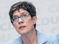 CDU Vorsitzende Annegret Kramp Karrenbauer waehrend einer Pressekonferenz beim Wahlabend zur Europaw