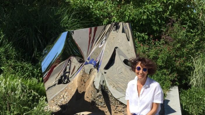 """Objekt """"reframing"""" der der Künstlerin Tatjana Busch auf der Kunstplattform vor dem Gräfelfinger Rathaus"""