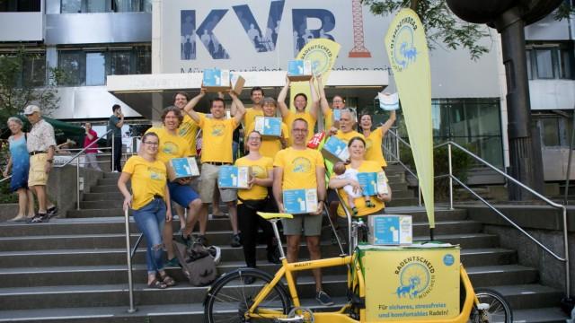 Bündnis Radentscheid München reicht das erste seiner beiden Bürgerbegehren beim KVR ein.