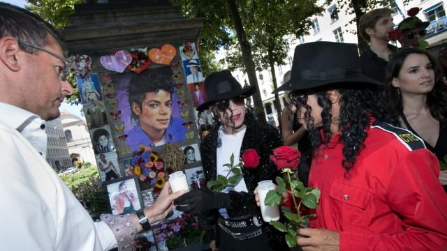 Michael Jackson Gedenkfeier mit zwei Michael Jackson Darsteller aus dem Musical: Beat it! vor und im Bayerischen Hof.
