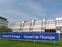 Der Europarat sitzt in Straßburg.