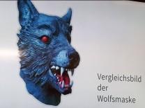 Ein Vergleichsbild der Wolfmaske, die der Täter trug, der in Obergiesing eine Elfjährige überfallen hat.