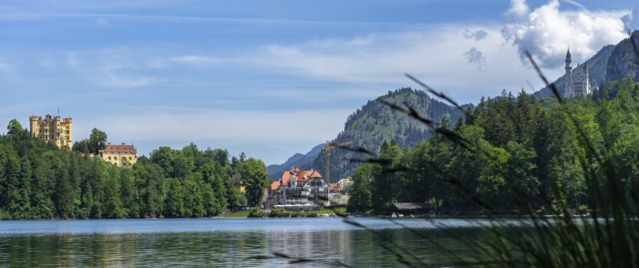 Zwischen den Schlössern Hohenschwangau und Neuschwanstein steht das Ameron, im Vordergrund das Haus Alpenrose.