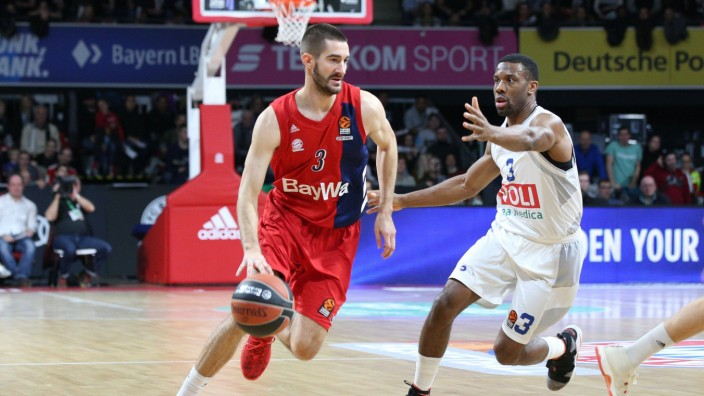 l r im Zweikampf Aktion mit Braydon Hobbs 3 FC Bayern Basketball und Norris Cole 3 Buducnost