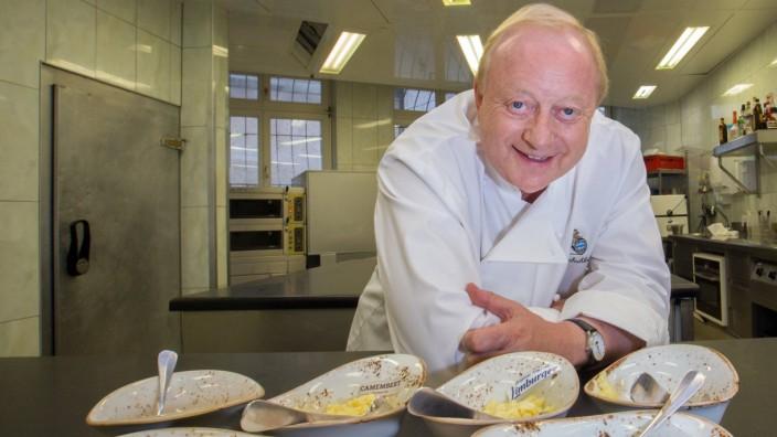 Koch Alfons Schuhbeck zeigt uns seine Zubereitung der Bayerischen Käse Spezialität Obatzter in seine