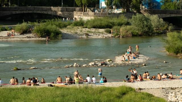 Rekordhitze Menschen entspannen an der Isar Bei den Rekordtemperaturen von bis zu 40 Grad in Deuts