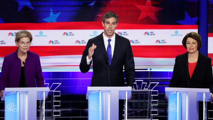 Kandidaten bei der ersten TV-Debatte der Demokraten