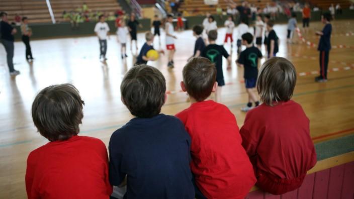 08 04 2009 Berlin Deutschland Kinder schauen beim Voelkerballspiel in einer Turnhalle zu QF w; Völkerball Schule