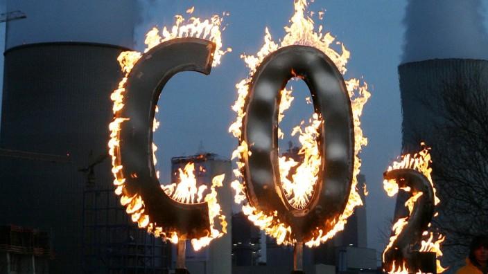 Bundesregierung soll CO2-Preis prüfen