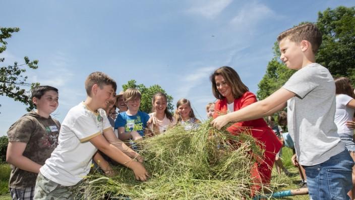Straßlach, Beigarten 1, Betrieb ãGut IngoldÒ der Familie Hendriock, Auftakt der Projektwochen 2019 im Programm 'Erlebnis Bauernhof', mit Staatsministerin Michaela Kaniber,