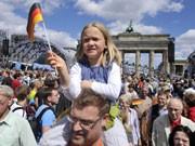 Deutschlandfahne, Bürger, Brandenburger Tor, Foto: AP