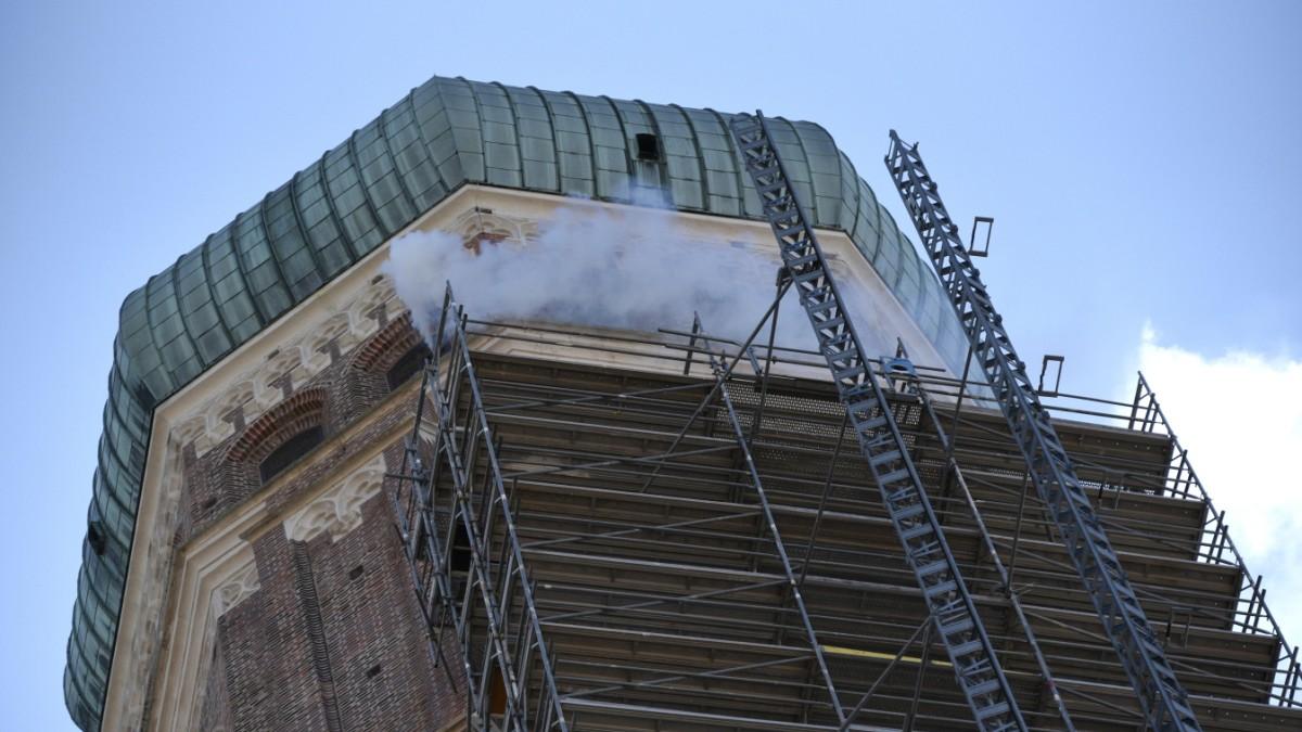 Feuerwehrübung in der Frauenkirche / Wolfsmaske im Vergewaltigungsfall gefunden