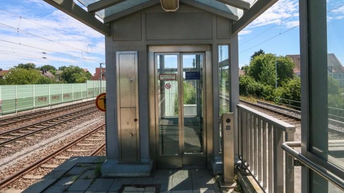 Aufzug am Bahnhof