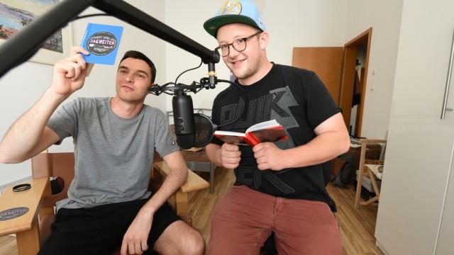 """Johannes Steisslinger (links) und Sebastian Ulrich produzieren den Podcast """"Ist das ein Bit?""""."""