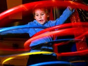 kind mit hula-hoop-Reifen Foto. AP