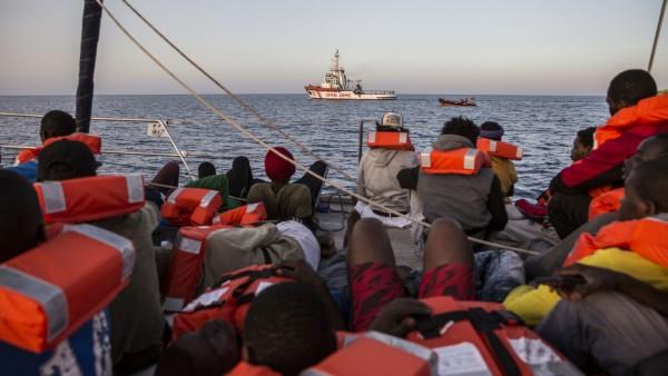 Seenotrettung im Mittelmeer - Migranten auf dem Boot einer Hilfsorganisation
