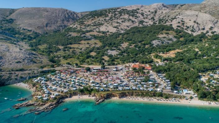 Blick auf einen großen Campingplatz in Kroatien