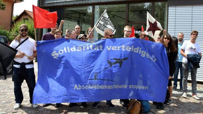 Vor Verhandlungsbeginn gab es am Amtsgericht Erding eine Solidaritätskundgebung mit etwa 20 Teilnehmern.