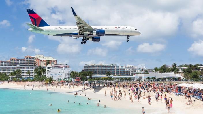 Ein Flugzeug landet auf der Karibikinsel St. Martin