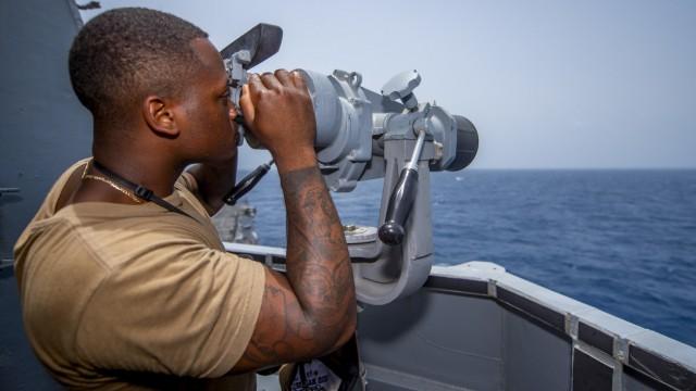 Ein US-Soldat an Bord eines Schiffes der US-Marine im Golf von Oman.