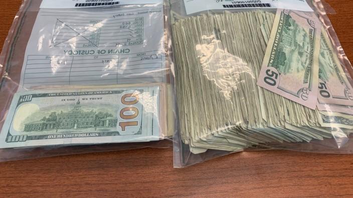 USA - Sichergestellte Dollarscheine, nachdem ein Transporter Geld verloren hatte