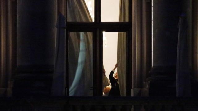 Die Vorhänge vor den Fenstern der parlamentarischen Gesellschaft werden am Montag 14 10 2013 18 50
