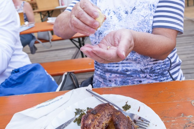 Unterhaching, Bürgerfest, nicht ganz plastikfrei, zum Reinigen der Hände gibt es ein Schnittchen Zitrone,