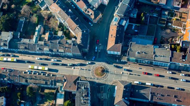 Kreisverkehr - Straßenverlauf Sandstraße - Heißener Straße - Eppinghofer Straße in Mülheim an der Ruhr im Bundesland Nordrhein-Westfalen