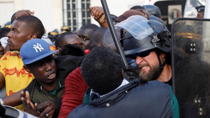 Undocumented migrants storm Pantheon monument in Paris