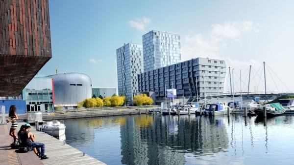 Moderne Wohntürme prägen die niederländische Stadt Almere.