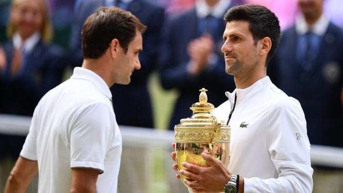 Roger Federer und Novak Djokovic nach dem Wimbledon-Finale 2019