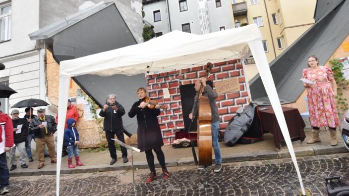 Zum Jahrestag des Abrisses demonstrieren Aktivisten mit einem Theaterstücke gegen den unerlaubten Abriss.