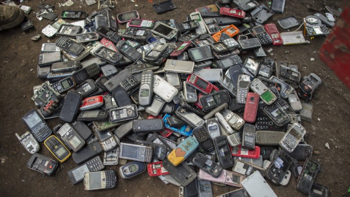 Alte Mobiltelefone auf der groessten Elektromuelldeponie in Agbogbloshie einem Stadtteil in Ghanas