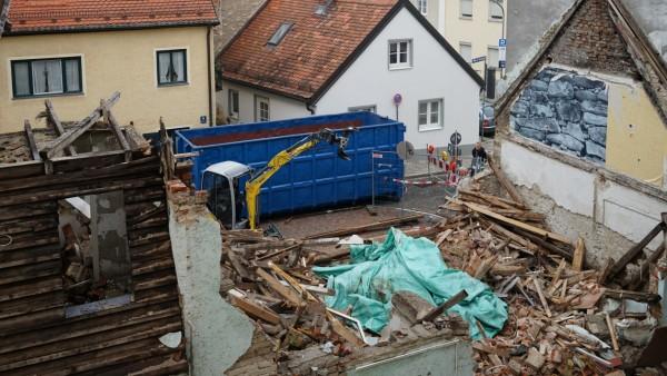 Aufräumarbeiten nach Illegalem Abriss eines denkmalgeschützen Hauses in München, 2017
