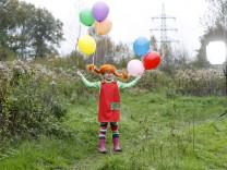 02 11 2017 Marl Kleines Maedchen ist als Pippi Langstrumpf verkleidet und hat mit Gas gefuellte Luft