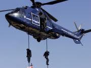 Polizeispezialkräfte seilen sich während einer gemeinsamen Übung unter Leitung der GSG 9 aus einem Hubschrauber der Bundespolizei ab. Foto: AP
