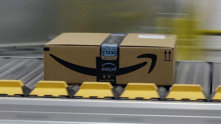 Amazon-Paket auf einem Band