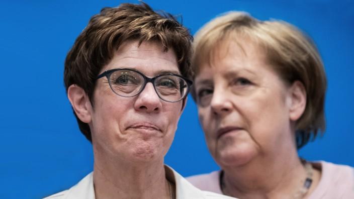 Annegret Kramp-Karrenbauer und Angela Merkel bei der CDU-Klausurtagung