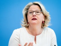 Bundesumweltministerin Schulze stellt Gutachten zur CO2-Bepreisun