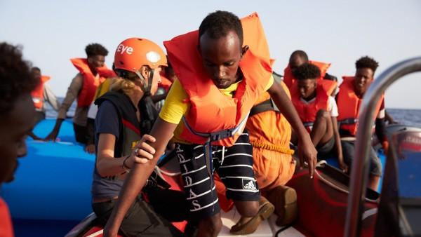 Seenotrettung der Hilfsorganisation Sea-Eye im Mittelmeer