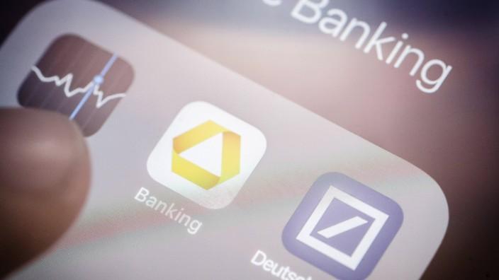 Die Apps von Deutsche Bank und Commerzbank wird auf einem Smartphone angezeigt Berlin 20 03 2019