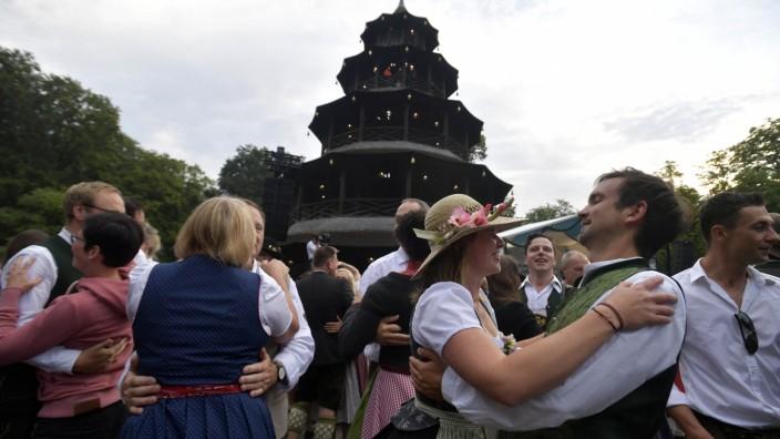 Der Kocherlball am Chinesischen Turm in München