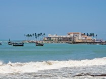 Blick auf das Fort von Elmina in Ghana: Es liegt direkt am Meer.