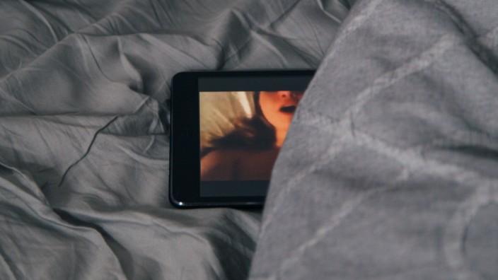 Ein Porno läuft auf einem Tablet