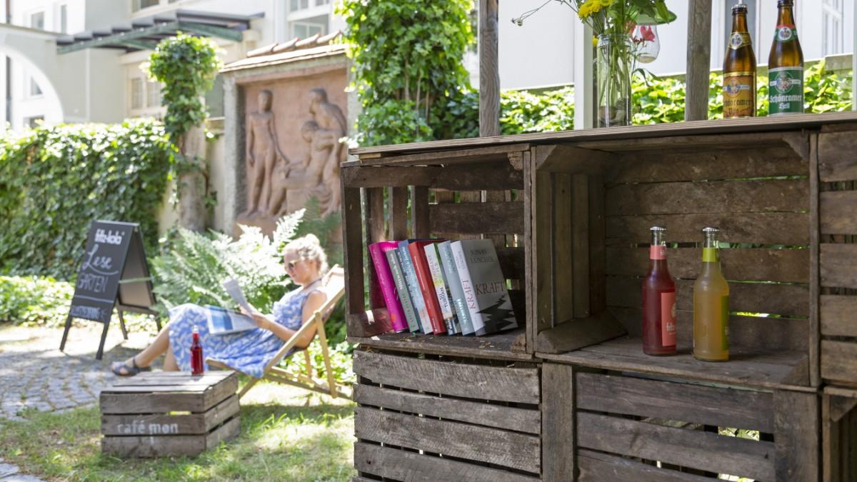 Mit Buch und Bier im Liegestuhl