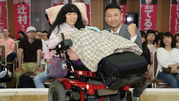 Japan - Eiko Kimura (links) zieht nach der Wahl 2019 ins Parlament ein