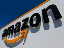 Amazon-Logo an einer Lagerhalle