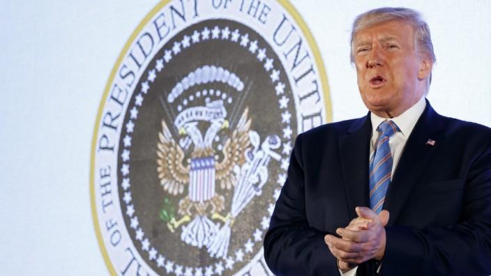 Donald Trump spricht vor einem gefälschten Präsidenten-Wappen