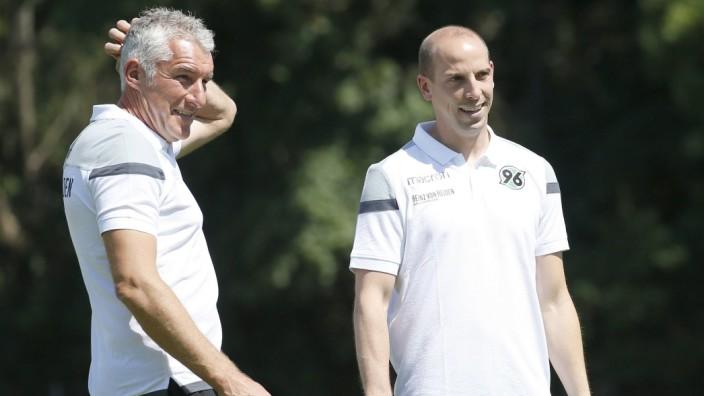 Hannover 96 - Trainer Mirko Slomka und Sportdirektor Jan Schlaudraff.